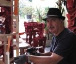 2011 Pino Di Gennaro mentre modella la Scultura Pilastro del Cielo